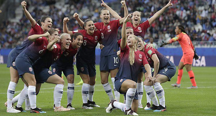 Norska spelare håller om varandra och ser glada ut