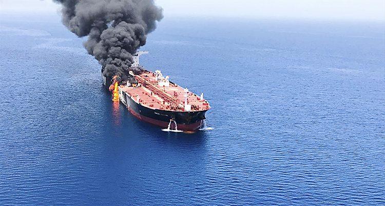 Ett stort fartyg som brinner på ena sidan.