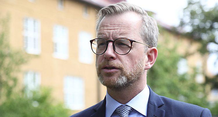 Porträtt på ministern som tittar åt sidan och ser bekymrad ut.