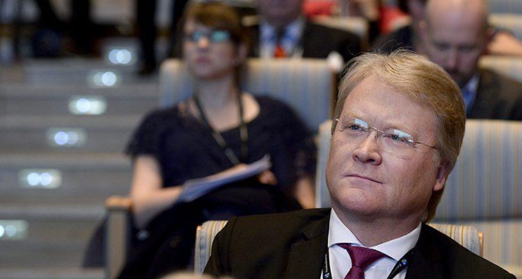 Porträtt på Lars Adaktusson som tittar snett uppåt och ser bestämd ut