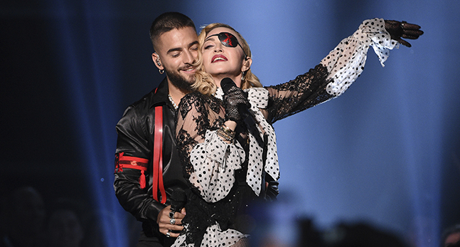 Artisterna Maluma och Madonna sjunger och håller om varandra.