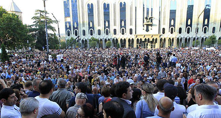 Många människor står samlade utanför riksdagen i Georgien.