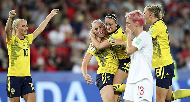 Glada svenskar och en ledsen kanadensisk spelare.