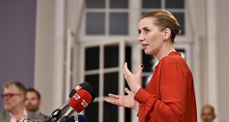 Mette talar framför en mikrofon