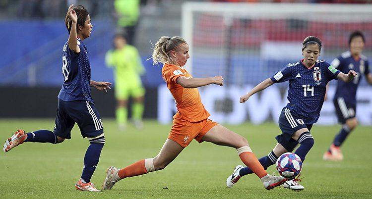 En nederländsk spelare sträcker ut sig för att nå bollen