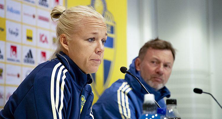 Seger ser bekymrad ut och pratar in i en milkrofon på en presskonferens