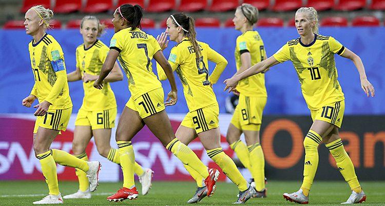 Flera spelare i Sveriges landslag för damer i fotboll springer på planen.