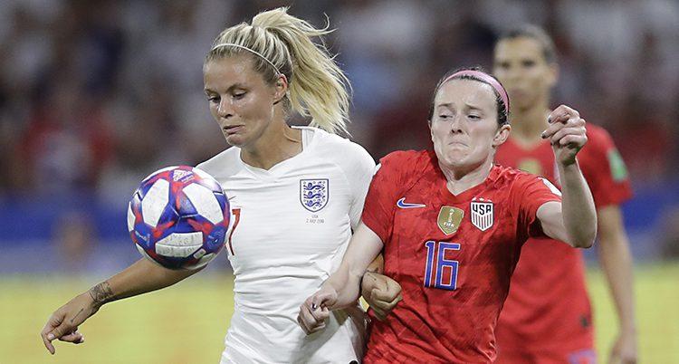 Två spelare kämpar om bollen i en match i fotboll.