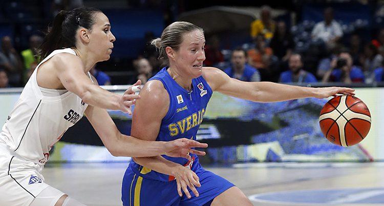 Två kvinnor kämpar om bollen i en match i basket.