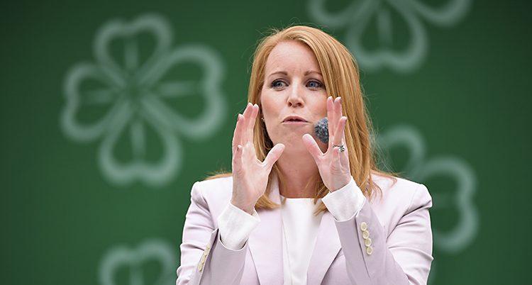 Annie Lööf i talarstolen. Hon har händerna i luften när hon talar.