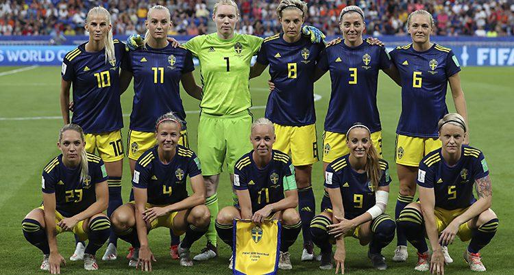Sveriges damer i fotboll står uppställda för en lagbild innan en match.
