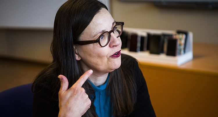 Ministern talar om pekar. Ett porträtt på henne.