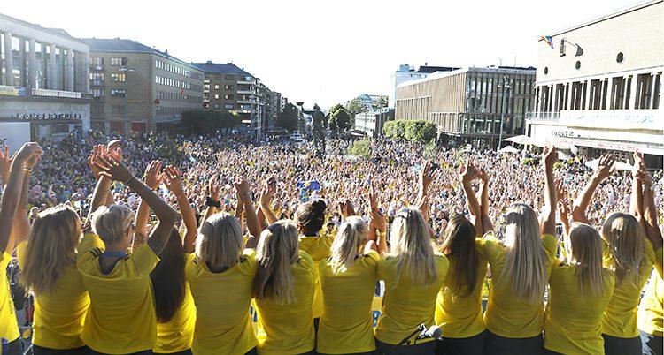 Svenskorna i gula tröjor lyfter armarna mot den enormt stora publiken på Avenyn.