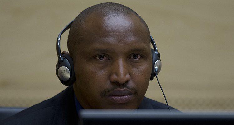 Bosco Ntaganda med hörlurar i domstolen.