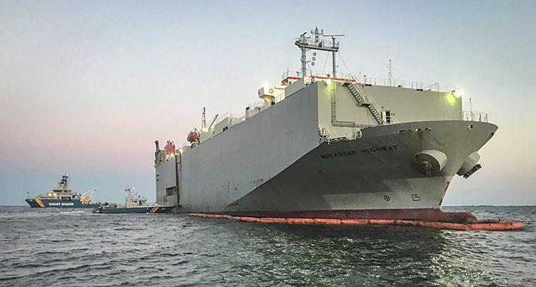 Ett stort fartyg i Östersjön. Vid sidan syns en mindre båt.