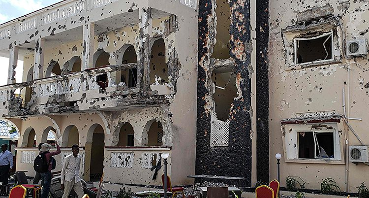 Ett hotell som är skadat och fullt av skotthål.