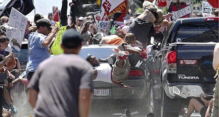Bilden visar hur bilen kör rätt in i en folkmassa. Kroppar flyger runt bilen.
