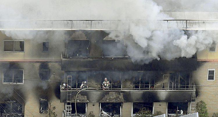 Fasaden av ett hus är helt utbränd på flera våningar. Det ryker ur fönster där glasen fattas.