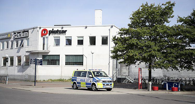 En polisbil står på ett torg i Göteborg.