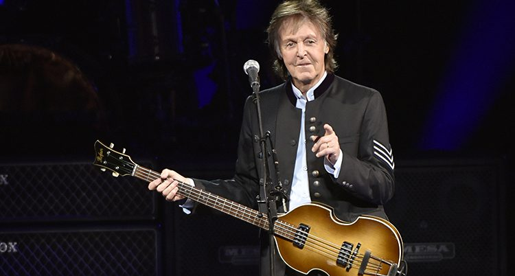 Paul McCartney med sin bas på en konsert.