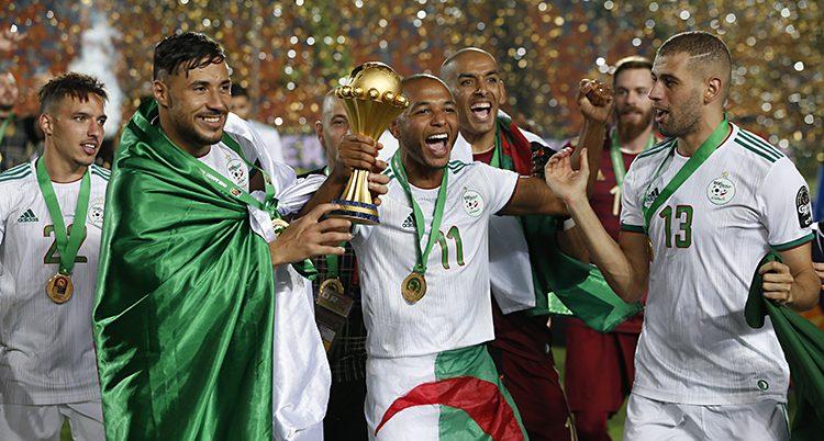 Spelare i Algeriet jublar när de vunnit guldet.