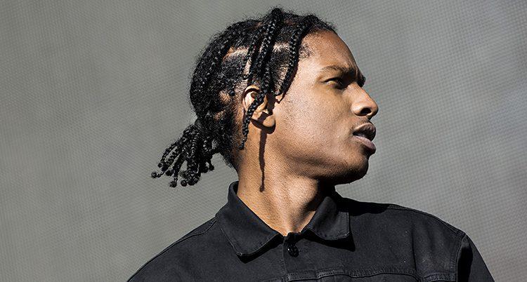 Asap Rocky på scen under en konsert. Han har en svart skjorta på sig.