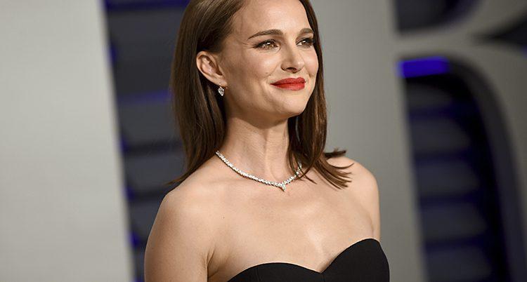 Natalie Portman i svart klänning på en fest.