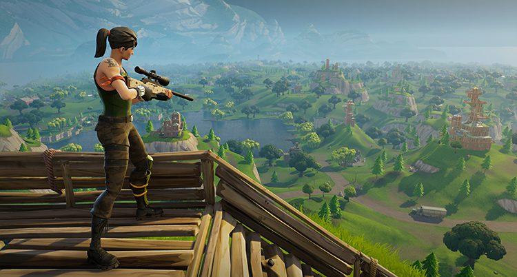 En figur i datorspelet Fortnite står med ett gevär och tittar ut över ett landskap.