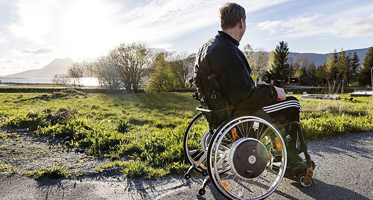 En person i rullstol tittar ut över naturen
