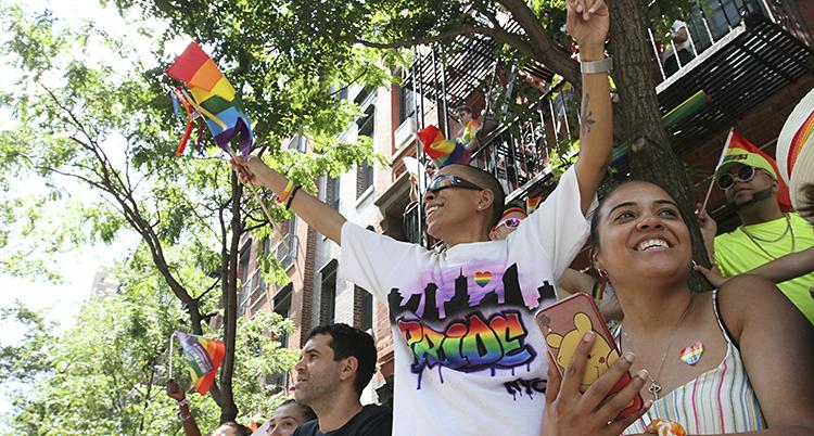 Glada människor håller i flaggor