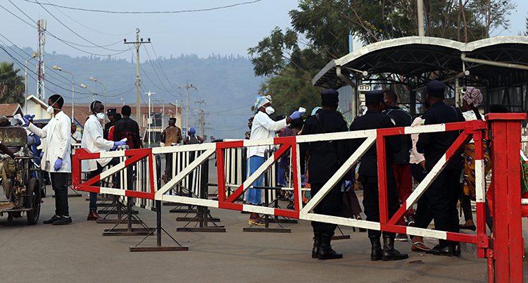 Personerna står på olika sidor om ett rödvitt staket