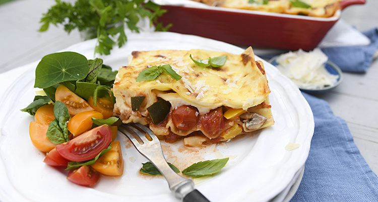 En tallrik med lasagne och sallad