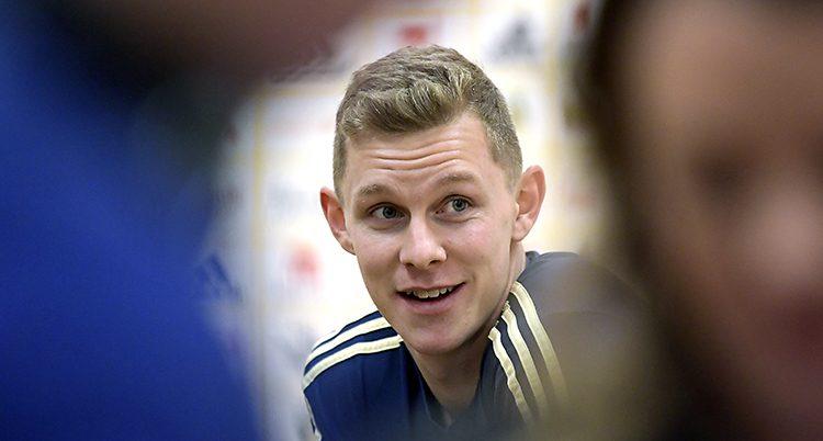 Fotbollsspelaren Emil Krafth med landslagets träningsoverall på sig.