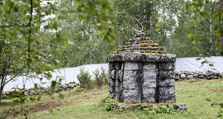 Ett monument av sten. Överst finns ett renhorn.