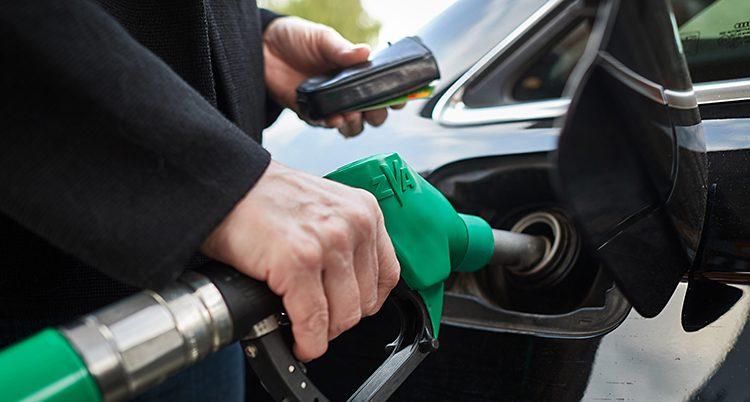 En bil som tankas med bensin.