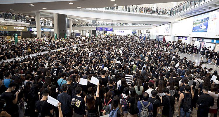 en bild på massor av människor i flygplatshallen.