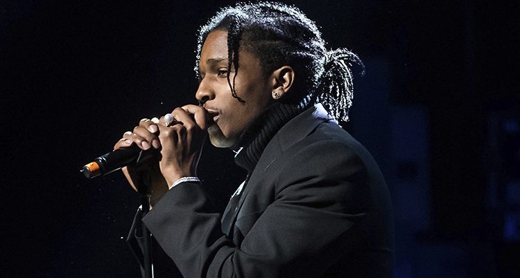 Närbild på Asap Rocky vid en mikrofon