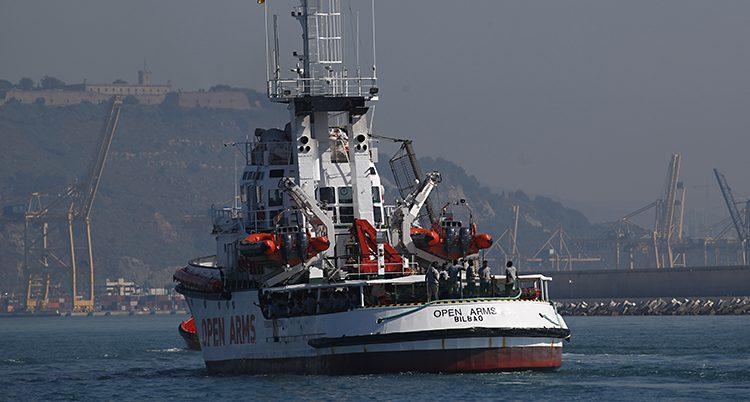 Aktern på båten som är på väg ut från hamn.