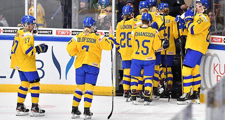 En bild från VM. Deppiga svenskar går av isen.