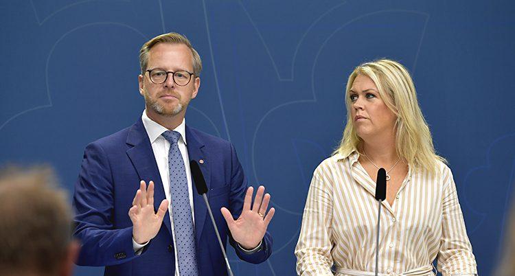 Ministrarna står bredvid varandra. Damberg håler upp händerna och visar handflatorna som ett stopptecken.