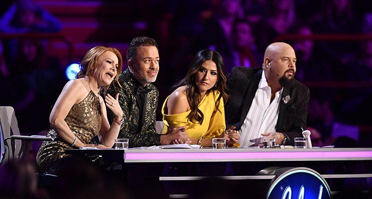 De fyra medlemmarna i Idols jury sitter vid sitt bord i tv-studion.