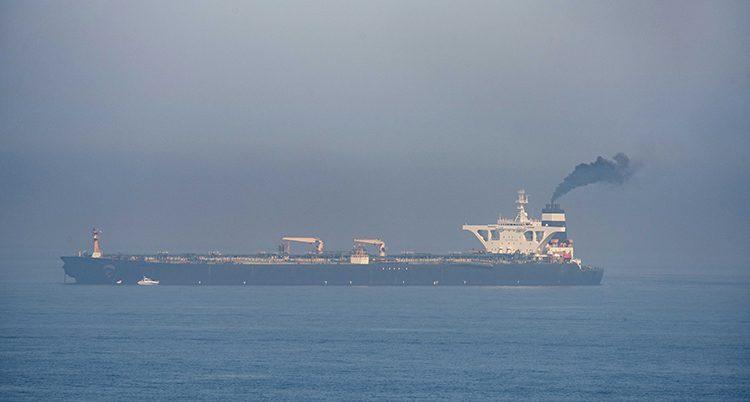 Ett stort fartyg åker på havet.