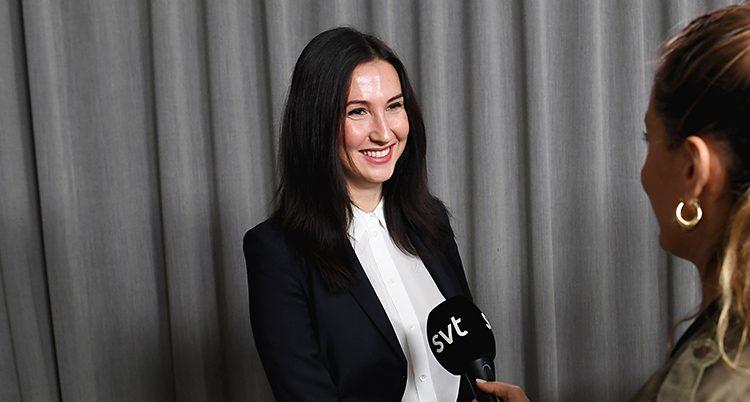 Aida intervjuas. En mikrofon från SVT sträcks fram mot henne