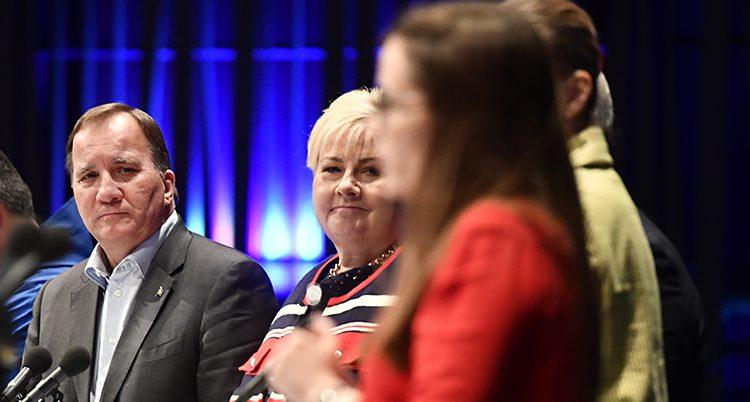Några statsministrar runt ett bord. Bara Löfven och Solberg syns tydligt. De ser lite nöjda ut.