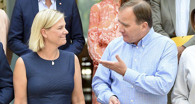Statsministern pekar med hela handen mot Magdalena Andersson som ser glad ut.