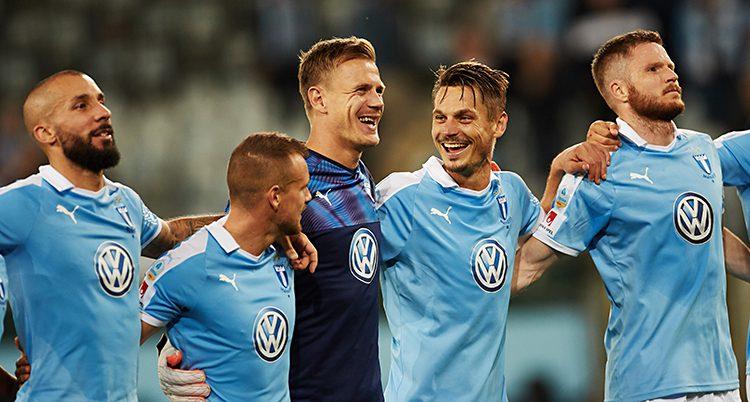 Malmös spelare håller varandra om axlarna och skrattar