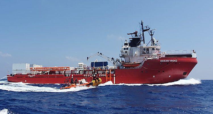 Ett rött fartyg ses från sidan
