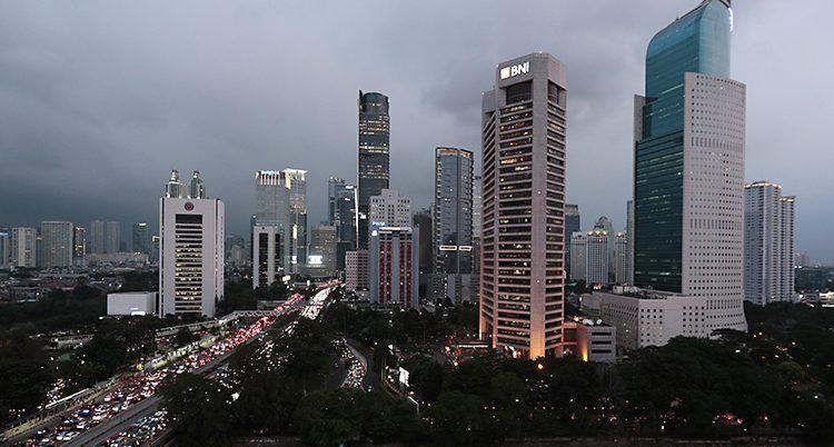 Mörka moln över höga hus i Jakarta.
