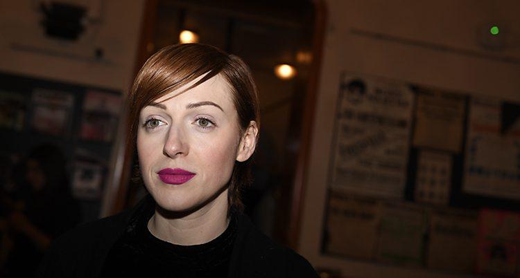 Cissi Wallin har kort brunt hår och rött läppstift på bilden