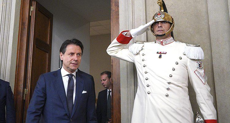 Conte med en vakt i uniform
